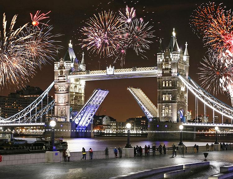 Feuerwerk über der Tower Bridge